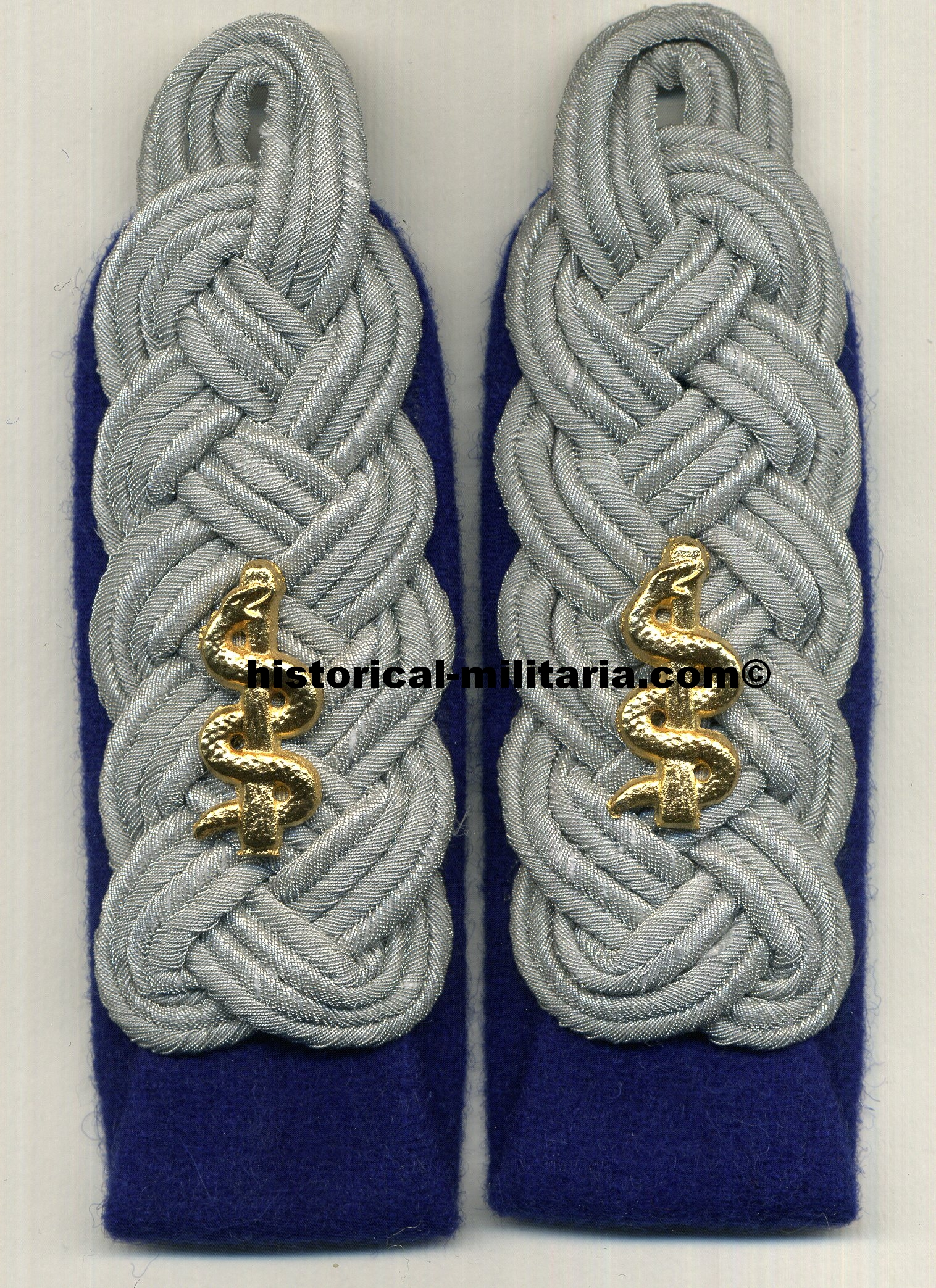 Luftwaffe Oberstabsarzt Major sew-in shoulder boards on cornflower blue backing with aesculapius cyphers - Major Schulterklappen zum einnähen mit Askulapstäben - spalline da Maggiore Sanità tedesca con degli esculapi